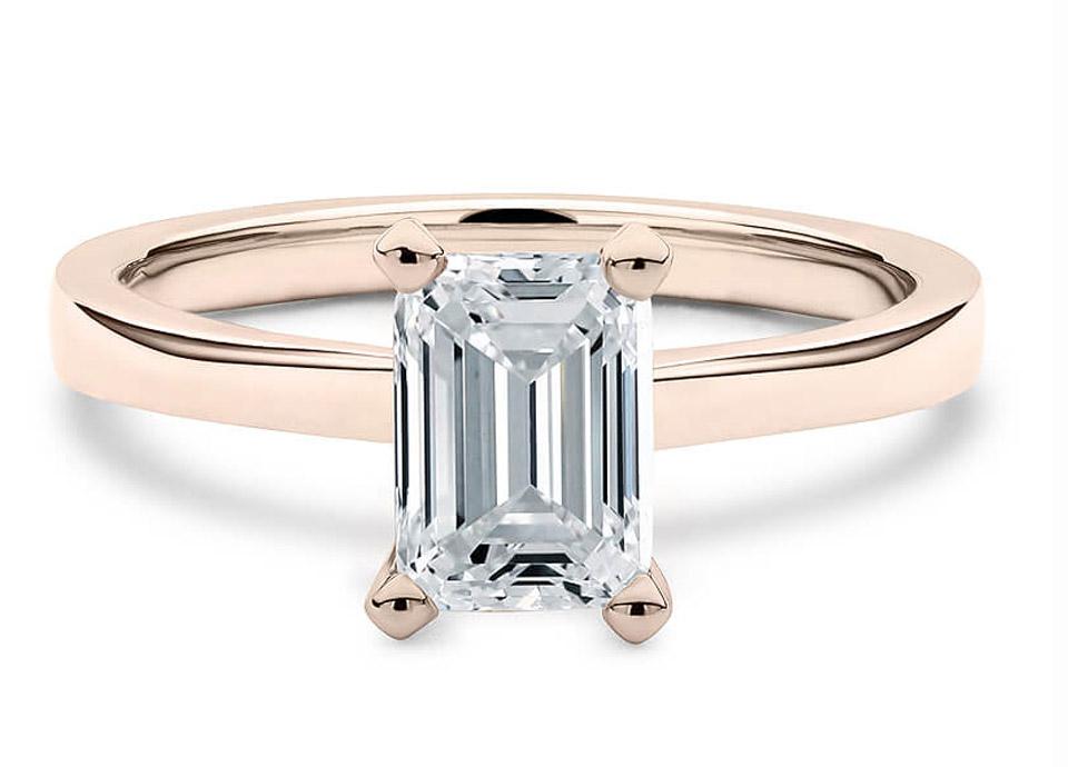 Μοντέρνο μονόπετρο δαχτυλίδι με Emerald Cut diamond