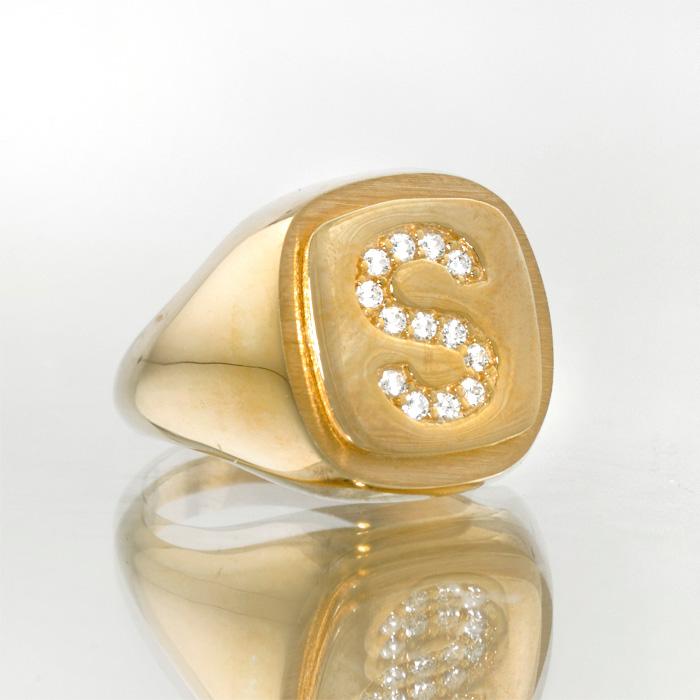 Σεβαλιέ μονόγραμμα ασημένιο δαχτυλίδι με ζιργκόν άσπρα η μαύρα.