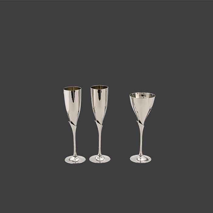Ποτήρι σαμπάνιας για γάμο και ποτήρι κρασιού